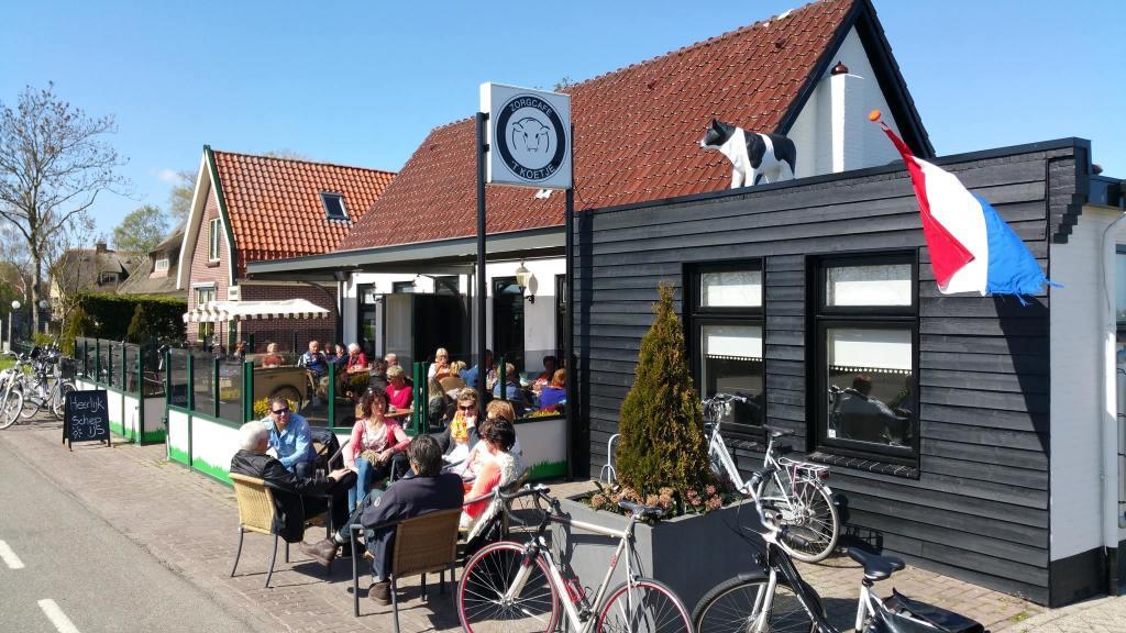 ons terras staat er helemaal klaar voor om de fietsen en fietsers op te laden om hun reis uitgerust te vervolgen
